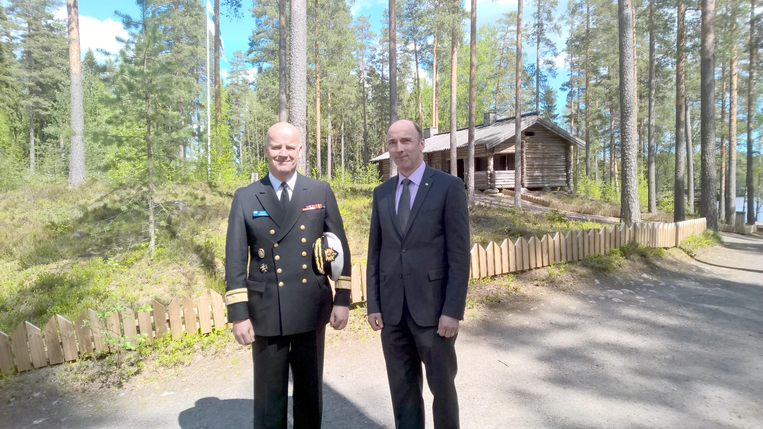 Veijo Taipalus toimii myös Kadettikunnan puheenjohtajana, oikealla varapuheenjohtaja Esa Salminen.