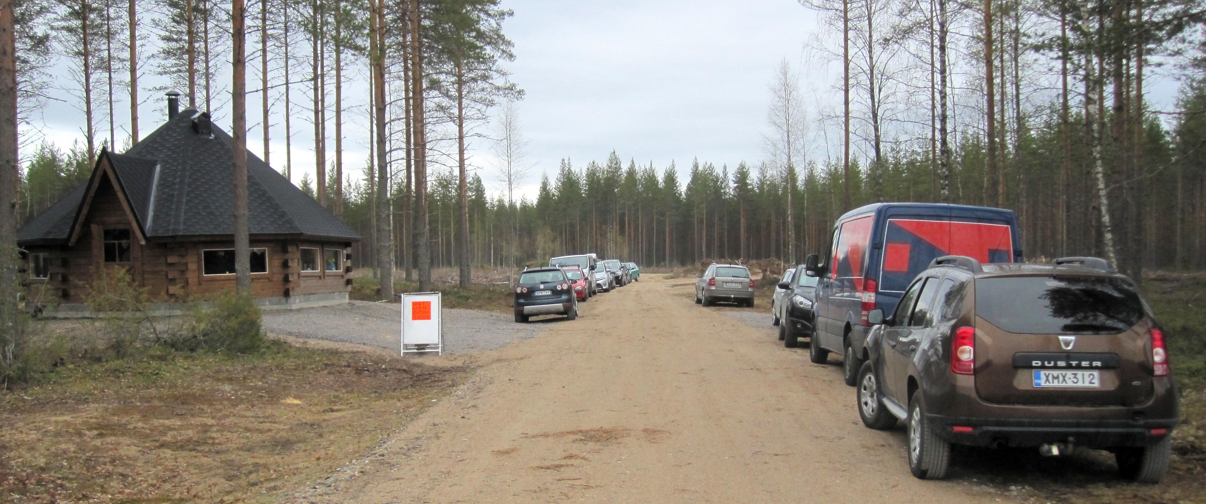 Jukolan motti -pirtissä runsas vierailijoitten määrä yllätti. Kuva Arto Räsänen 16.5.2015 tilaisuudesta.