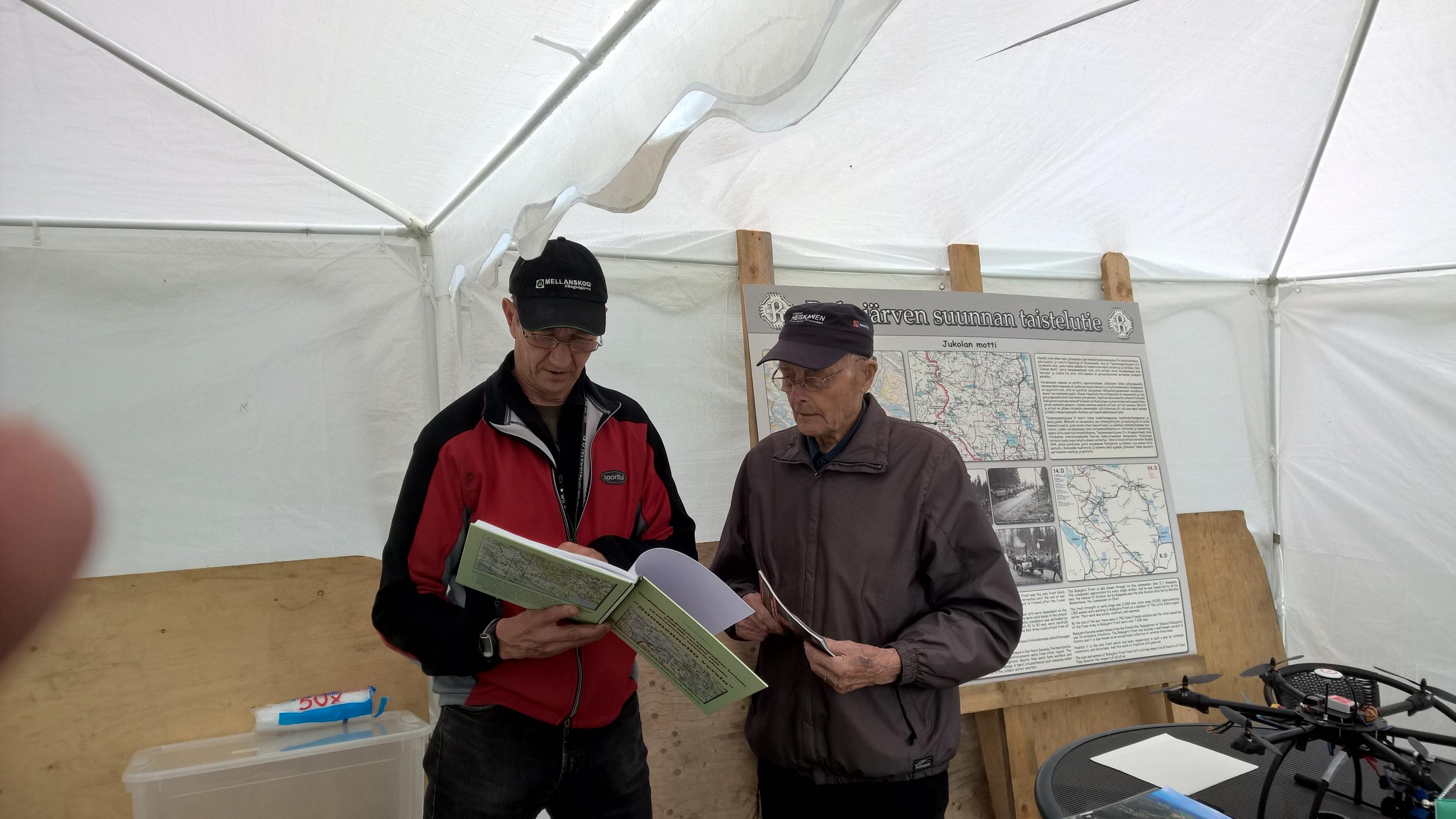 Yhdistyksen osastoon tutustui myös Rukajärven veteraani Viljo RAntonen, joka juttelee Ari Komulaisen kanssa.
