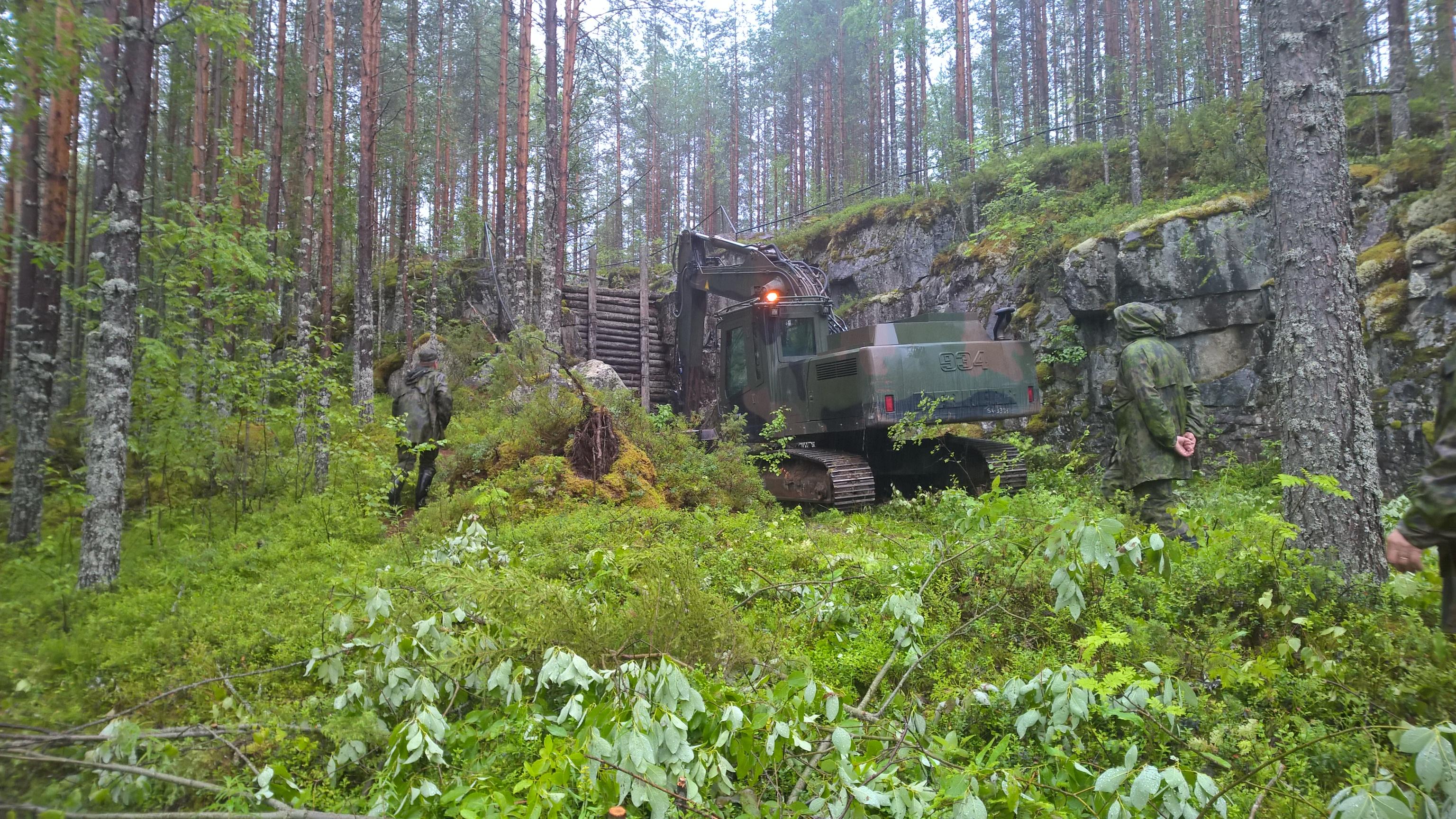 Raskas kaivinkone kiipesi Vornasenvaaralle aivan luolastolle saakka.