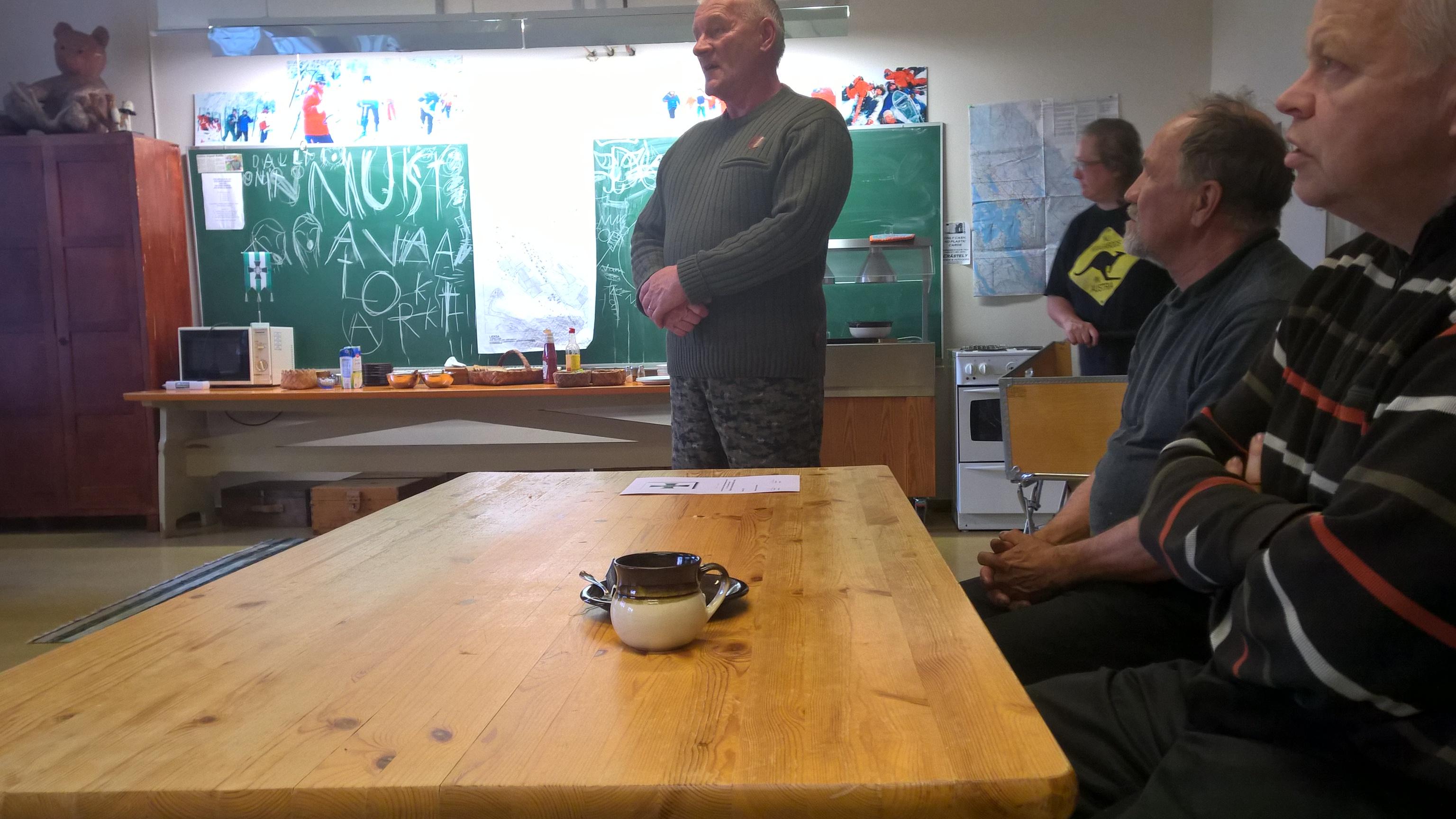 Tauno Oksanen piti esitykset Rukajärven pioneeritoiminnasta ja Salpalinjan rakentamisesta, jollaista juuri tällä kertausharjoituskurssilla kunnostetaan.