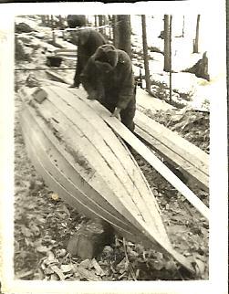 Aatu ja Mikko Bergman Marskin veneen teossa keväällä 1942.