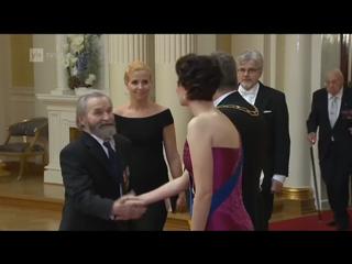 Veteraani Hannes Tuovinen ja hänen saattajansa veteraanin pojan tytär Sari Tuovinen tervehtivät presidenttiparia.