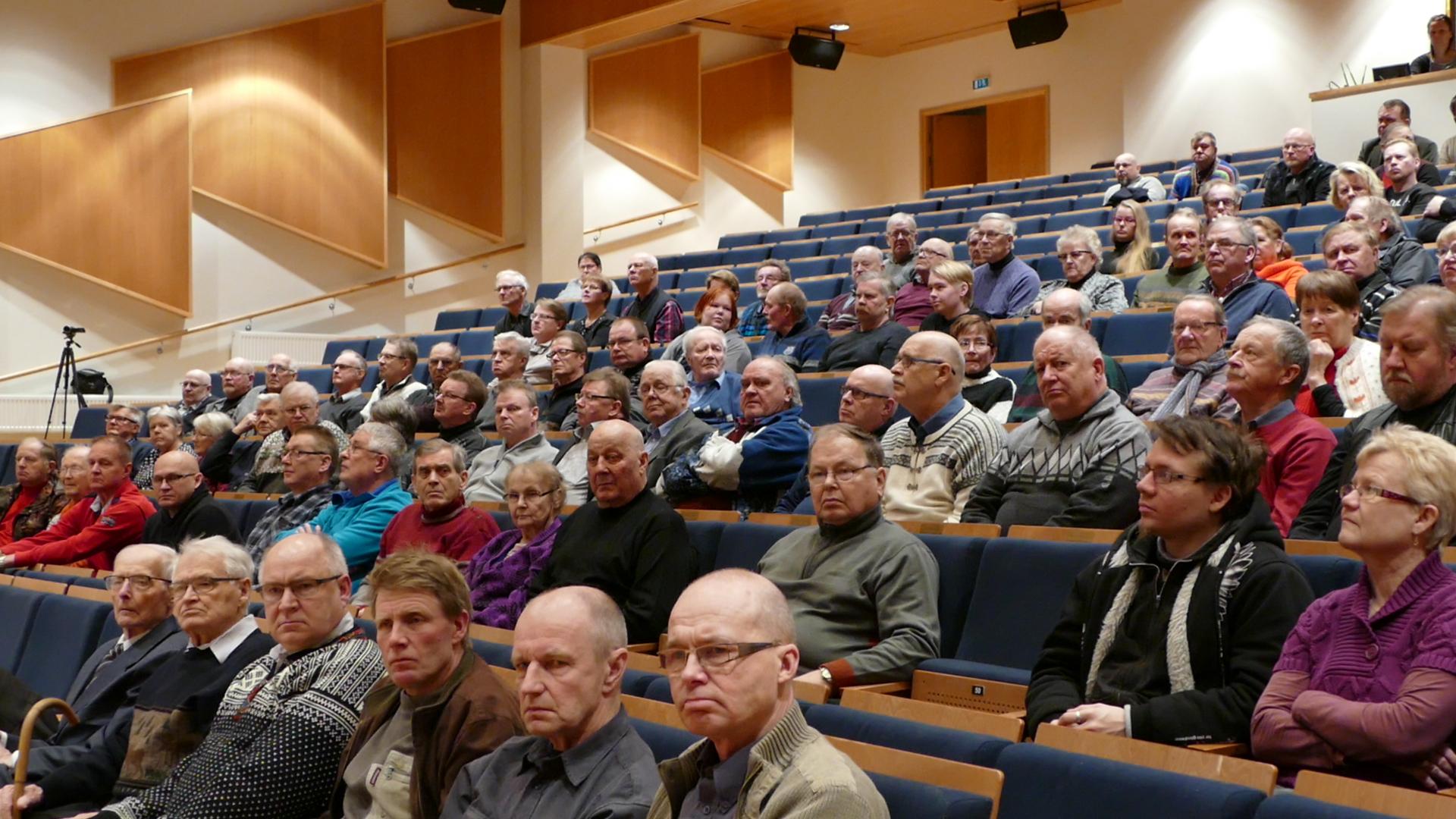 Tilaisuuteen osallistuivat veteraanit Teuno Tikkanen, Viljo Rantonen ja Erkki Siponen ja heidän kanssaan 250 henkilöä.