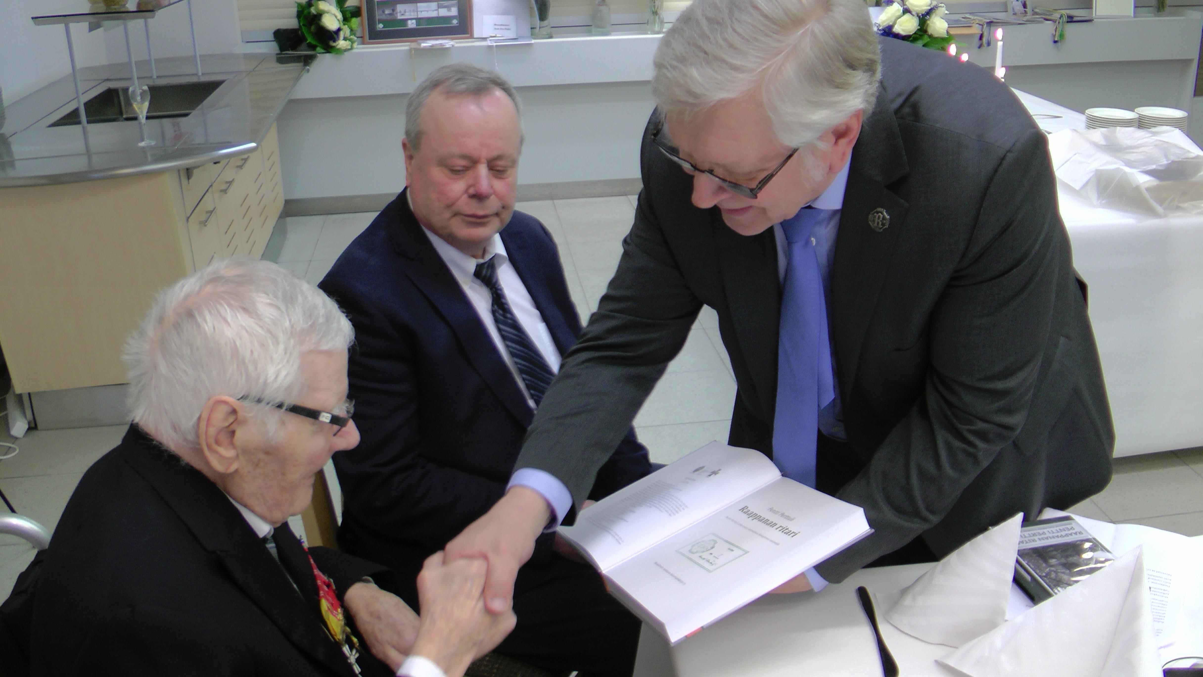Raappanan ritari, Pentti Perttuli Rukajärven suunnan taisteluissa kirjan numeroitu ensimmäinen kappale luovutettiin 100-vuotiaalle yhdistyksen perustajajäsenelle.
