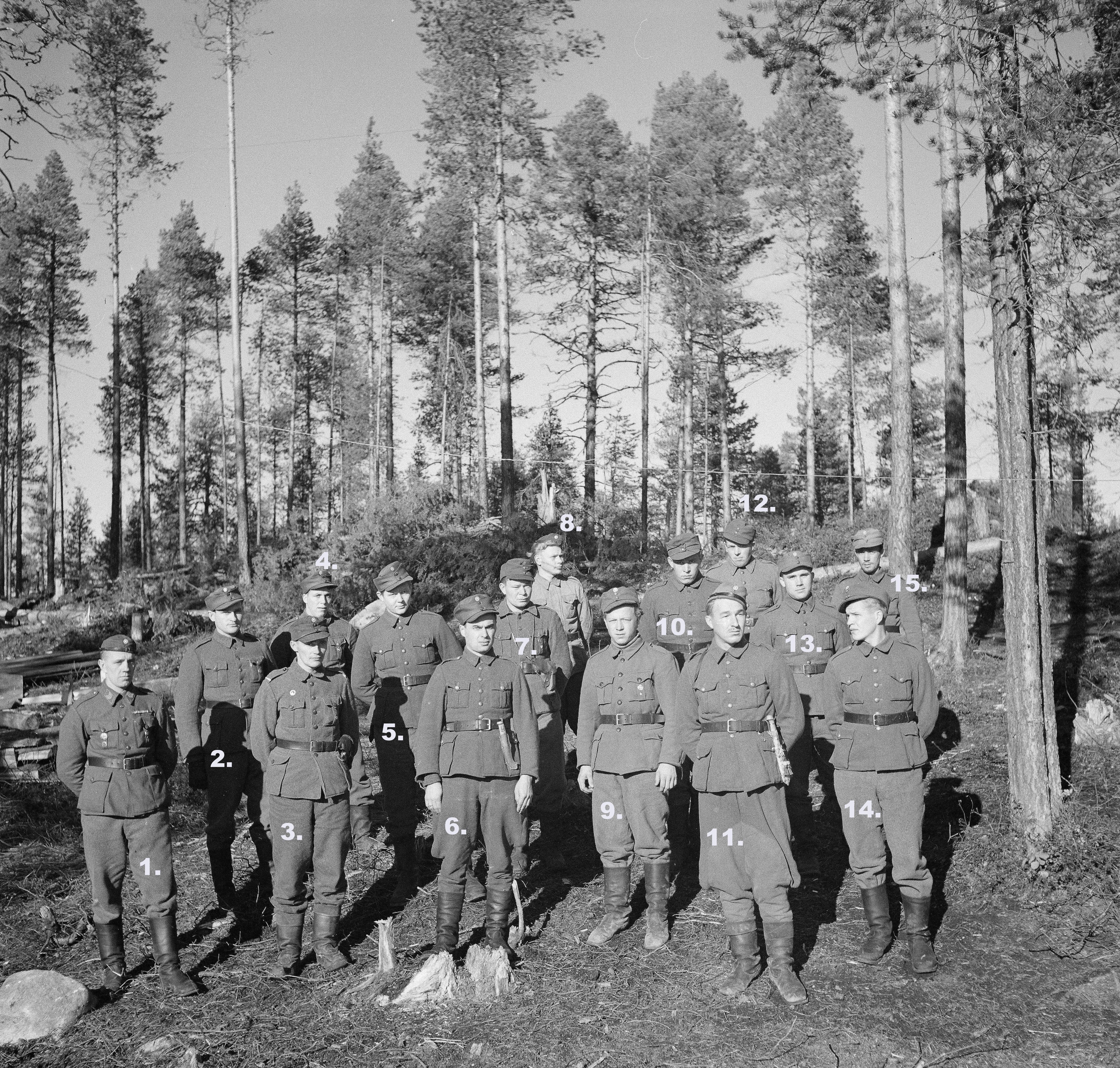 """""""Kenttävartiosotilaita, jotka osallistuivat viimeaikoina käytyihin taisteluihin eräästä kenttävartiostamme.(""""""""Joen"""""""" miehistöstä (28:sta) jäljellejääneet)."""" SA-kuva ja teksti."""
