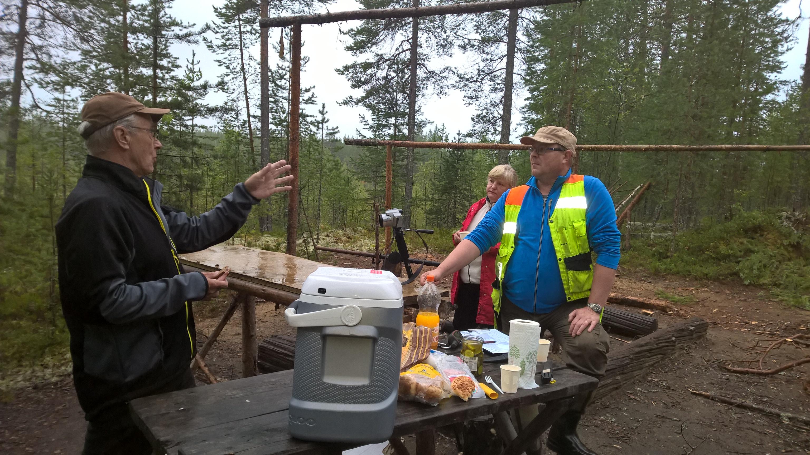 Rankka reissu, välillä ruokailutauko, Reijo Pulkkinen, Inna ja Jari Kärkkäinen. Kuva Tenho Tikkanen.