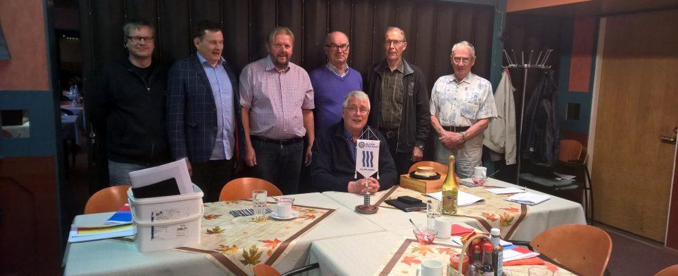 Osa Kiuruveden Rotaryklubin jäsenistä tilaisuuden jo päätyttyä klubin presidentin Seppo Räihän johdolla.