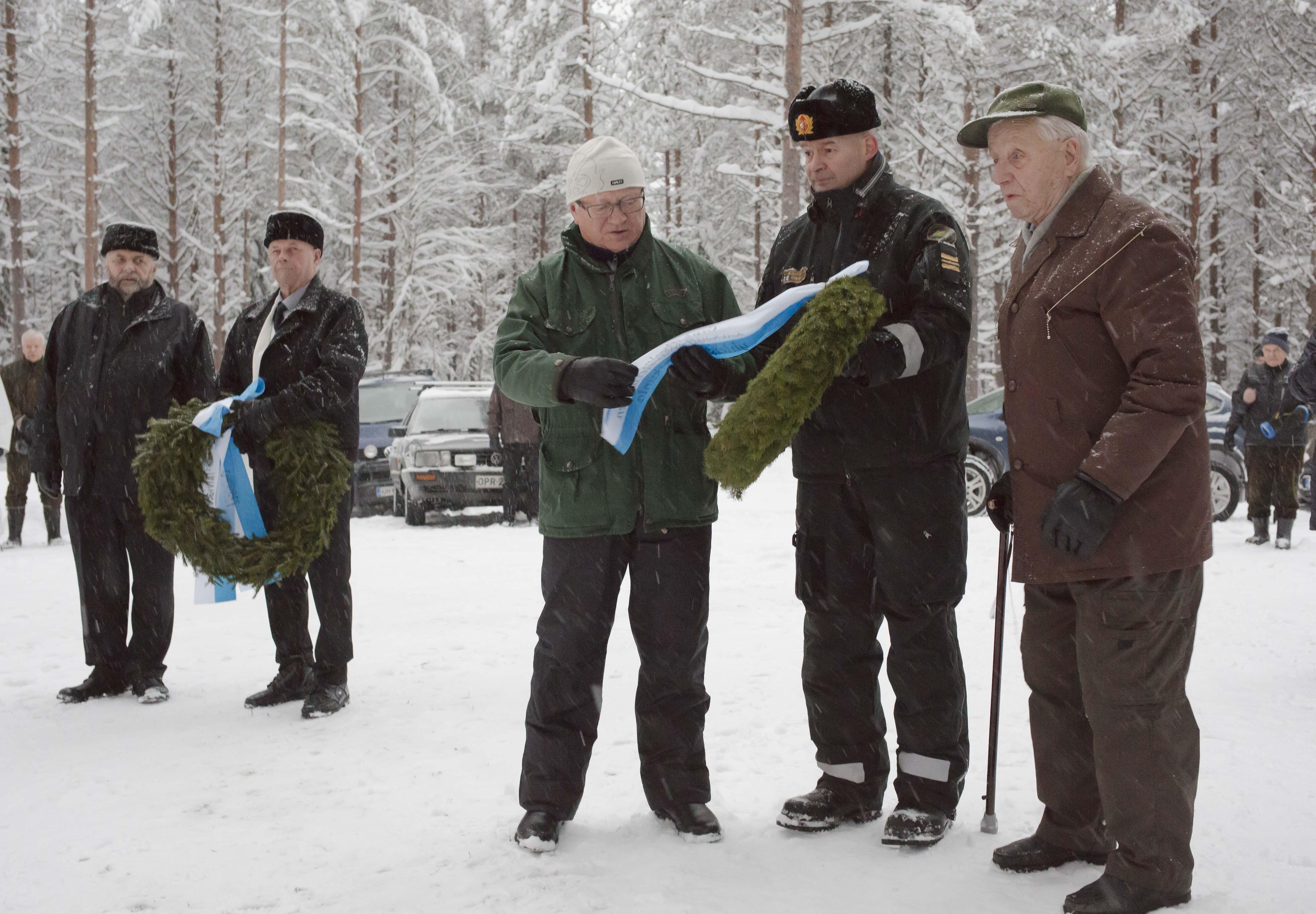 Reino Salmi, Riku Salmi sekä Lieksan sotaveteraanien puheenjohtaja Seppo Pulkkinen, Lieksan Rajavartioaseman päällikkö kapteeni Markku Hassinen sekä veteraani Viljo Keronen laskivat muistomerkille seppeleet. Kuva Ari Komulainen.