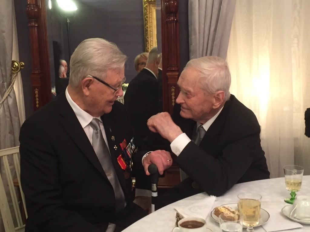 Rukajärven veteraanit Reino Kirjonen ja Tauno Tikkanen tapasivat linnan juhlilla ensimmäisen kerran.