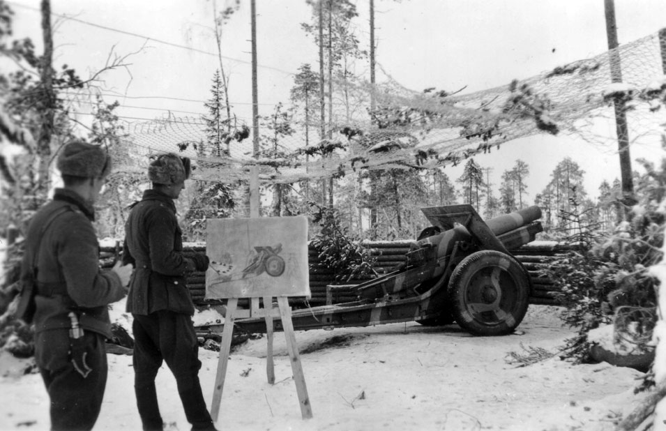 Erkki Matilainen maalaa teosta tykistön tuliasemassa. Kuvassa oleva tykki on 152 mm:n neuvostoliittolainen modernisoitu raskas haupitsi, joita saatiin sotasaaliiksi yhteensä 109 kpl. Tykin suomalainen mallimerkintä on 152 H 09–30-Skp