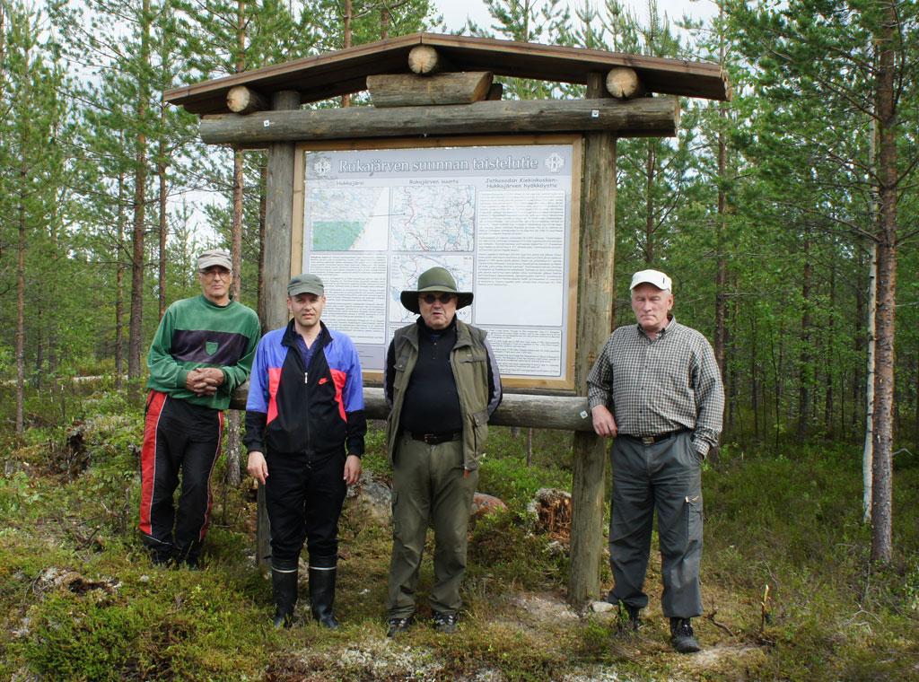 Hukkajärven opastaulu sijaitsee Kuhmossa. Kohteen sijainti: WGS84 – lat: 64.00882, lon: 30.43361.
