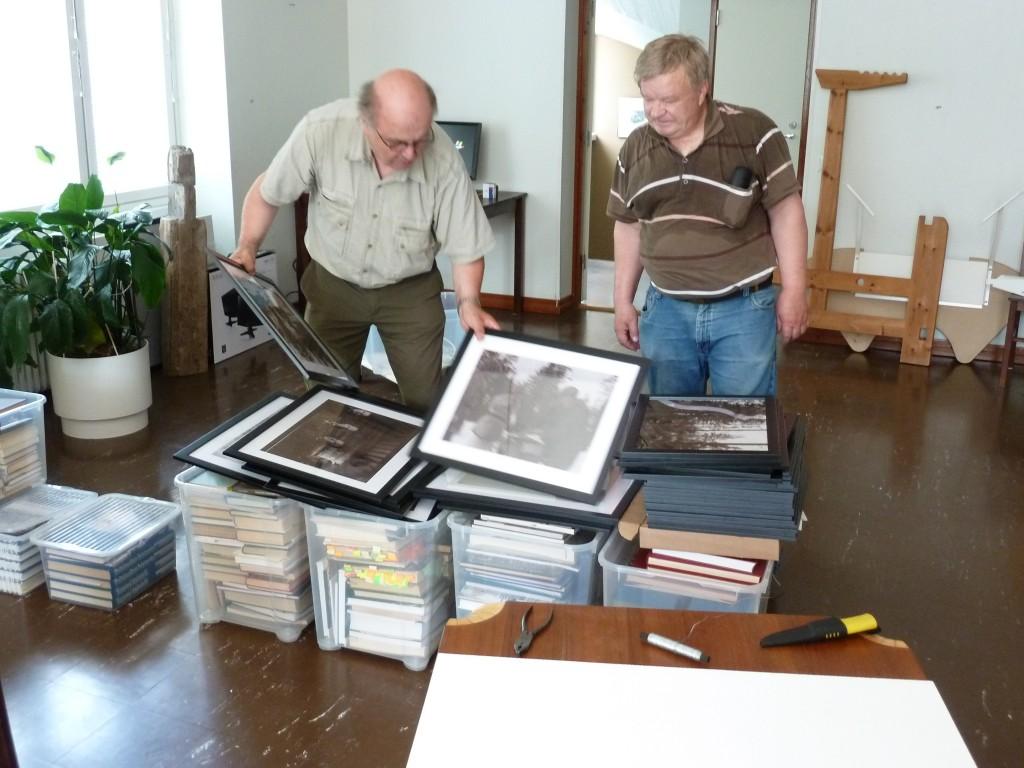 Hannu Kauppinen ja Aimo Kettunen valikoivat näyttelyn kuvia.