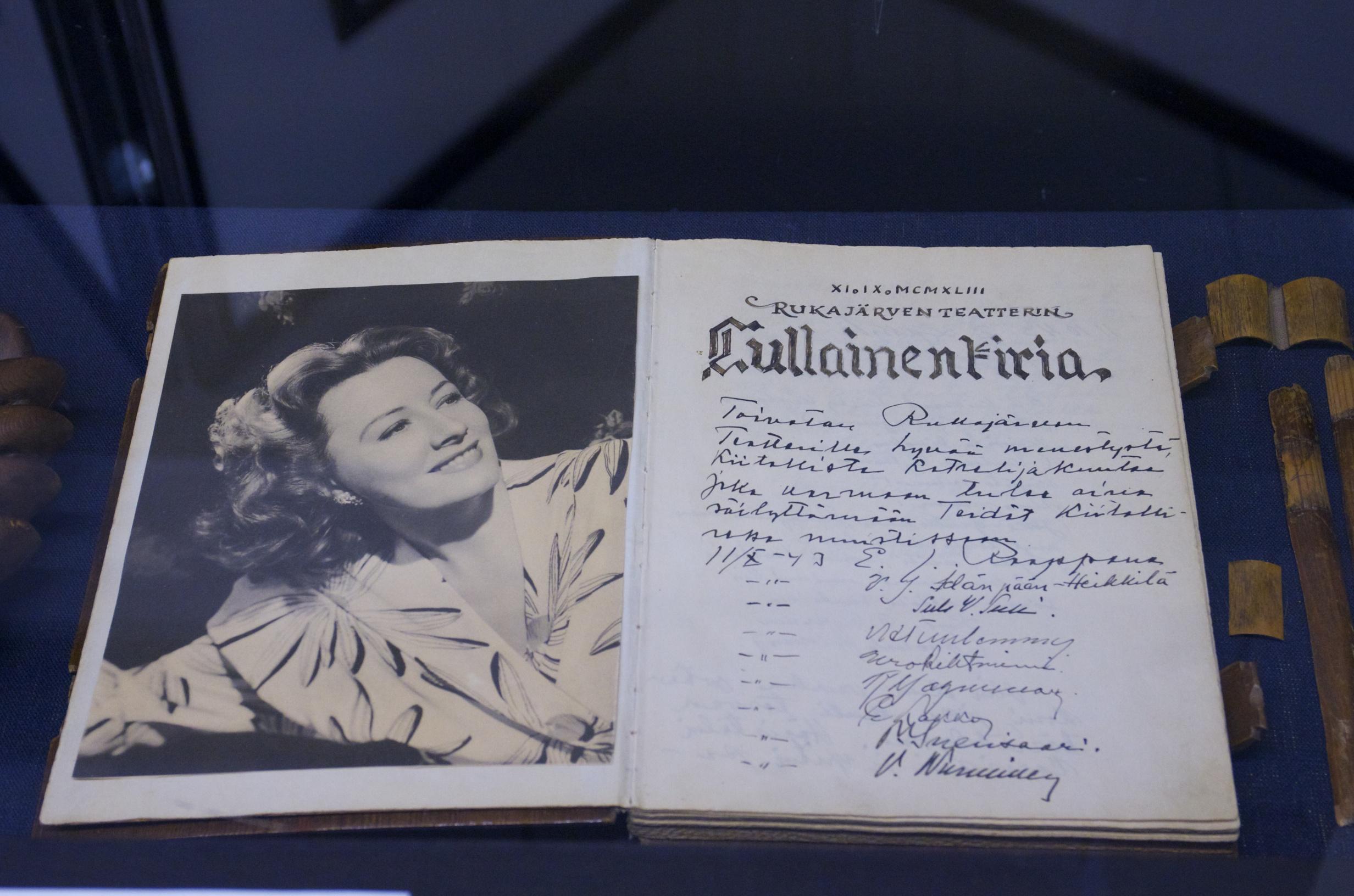 Keskuksessa voi tutustua myös alkuperäisiin dokumentteihin. Kuvassa on Rukajärven teatterin päiväkirja.