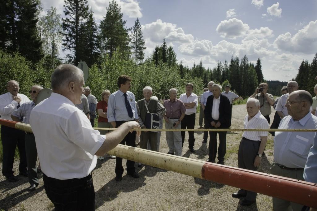 Sotahistorioitsija, rajakapteeni Tauno Oksanen suoritti juhlayleisölle Rukajärven tien esittelyn Kivivaarassa.