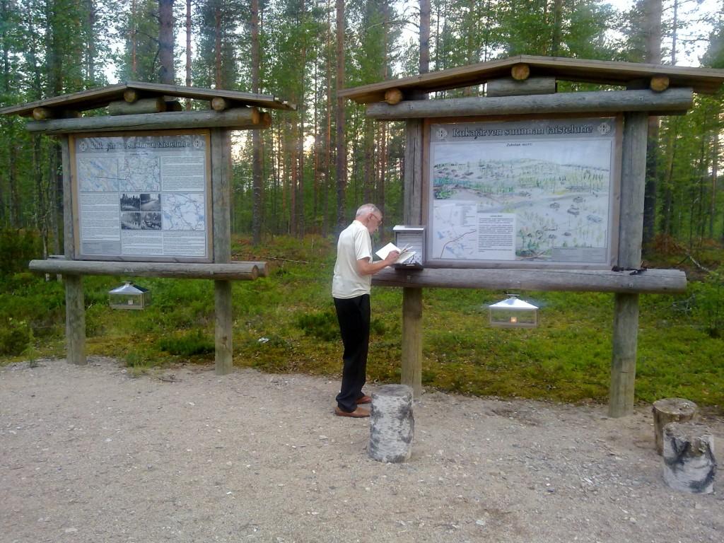 Rukajärven tie tuli Erkki Sudelle tutuksi sota-aikana koko 250 kilometrin mitalta, Erkki Susi kirjoittaa 5.7.2013 Jukolan motissa nimeään vieraskirjaan. Ilta oli hämärtymässä, Jukolan motin opasteella paloivat lyhtykynttilät, joita sinne on varattu matkailijoita varten. Vieraskirjan mukaan Kuhmosta kotoisin oleva ryhmä oli tehnyt merkintänsä ja sytyttänyt kynttilät, mikä puhutteli erityisesti Rukajärven nuorinta veteraania.