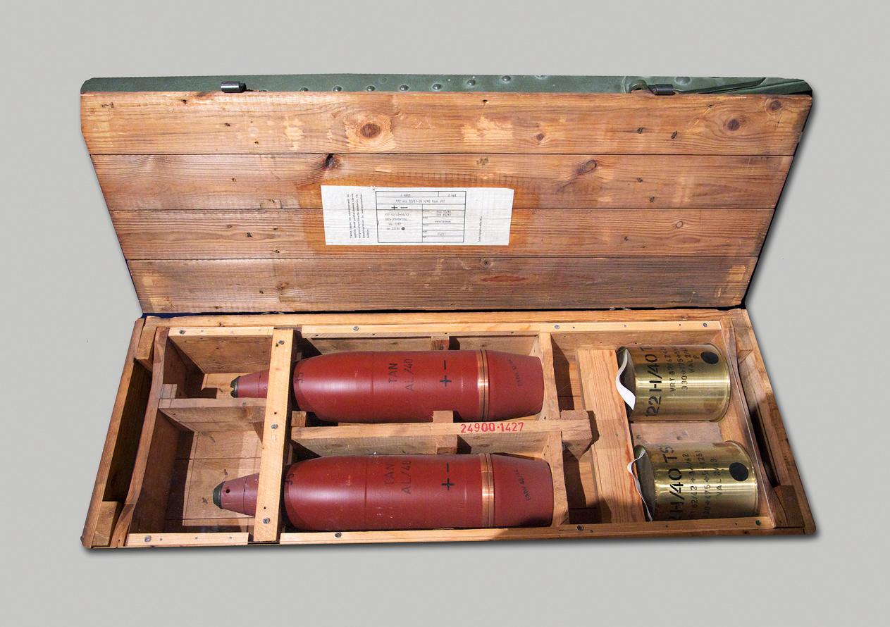 Kuvassa on raskaan 122 mm:n haupitsin 122 H 10-30 kranaatit lähtöpanoksineen. Kranaatti painaa 23 kiloa ja se voidaan ampua 8,5 kilometrin päähän.