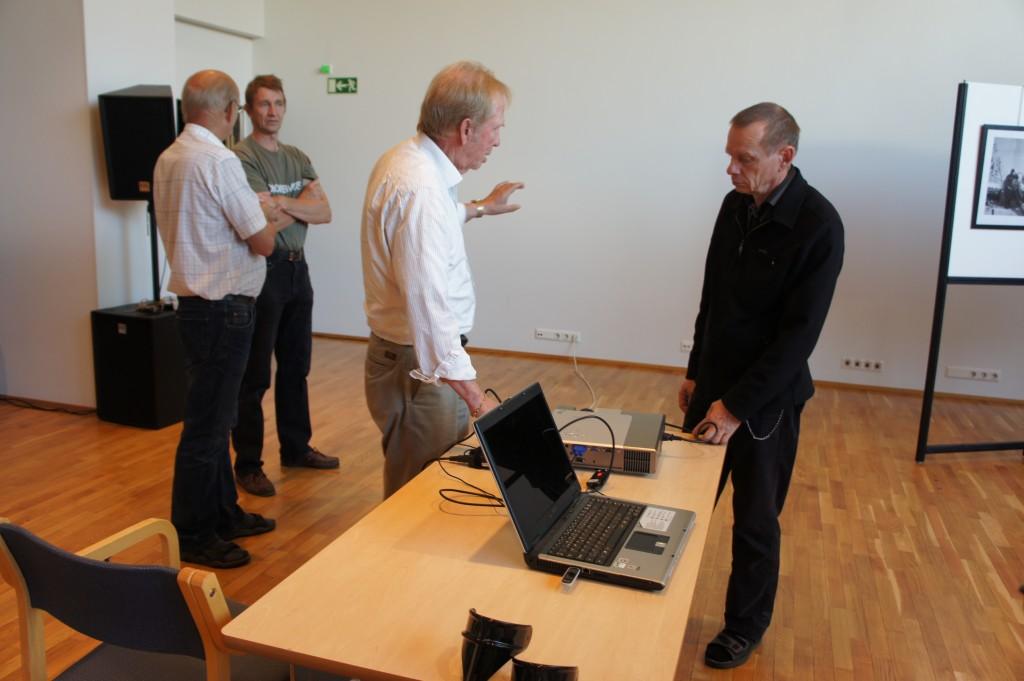Risto Pehkonen ja Iisalmen valokuvakerhon puheenjohtaja Jussi Rönkkö keskustelevat näyttelyn PowerPoin-esityksestä.