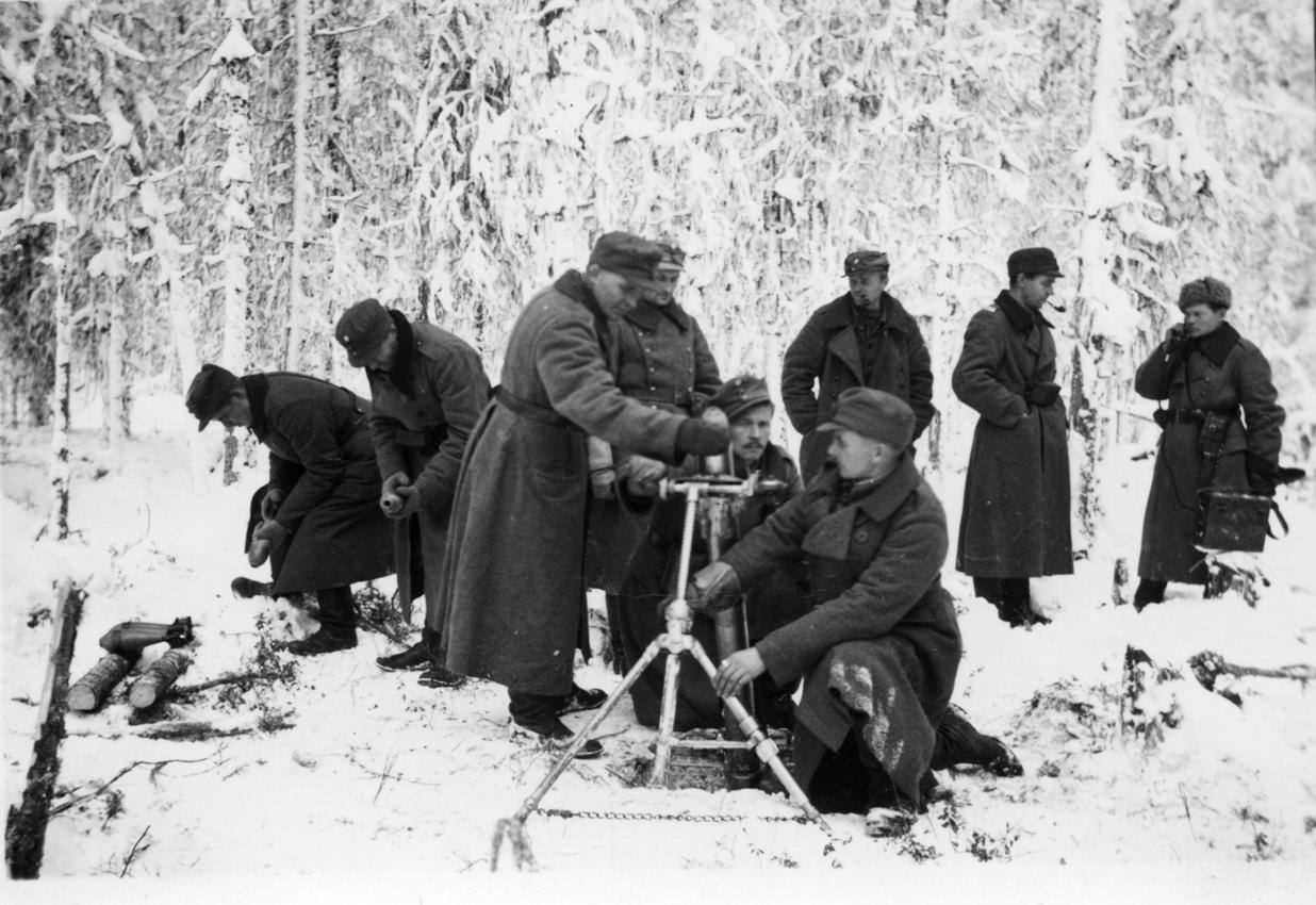 81 mm:n kevyt kranaatinheitin tulittaa jossakin Rukajärven suunnalla. Kranaatinheitin soveltuu hyvin erämaasodankäyntiin.