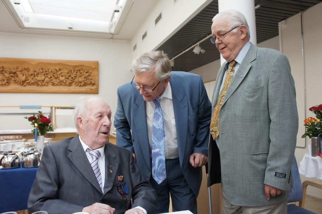 Rukajärven suunnan historiayhdistys onnitteli  100 vuotiasta Marksin veneentekijää Mikko Bergmania. Kuvassa yhdistyksen edustajat Tenho Tikkanen ja Eero Juntunen.
