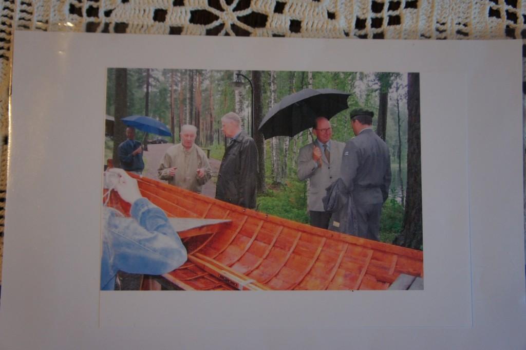 Mikko Bergman luovuttamassa viimeistä tekemäänsä puuvenettä Lopelle Marskin Majalle 29.7.2004. Kuvassa Mikko Bergman ja Marskin Majan hallituksen puheenjohtaja kenraali Sami Sihvo.