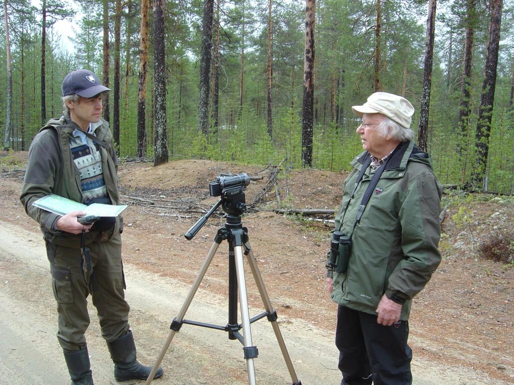 Ossi Laine haastattelee Maunu Kankaanpäätä toukokuussa 2011 Seppo Hännisen kaatumispaikalla, Tenho Tikkanen.