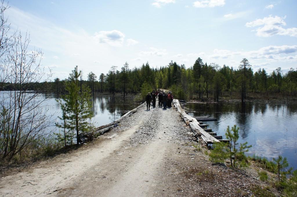 Matkalaiset palaamassa veden ympäröimästä KV-joesta.