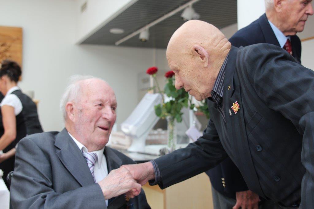 Mikko Bergman 100 vuotta, onnettelee  veteraaniveli Kalle Sutinen 90 vuotta.
