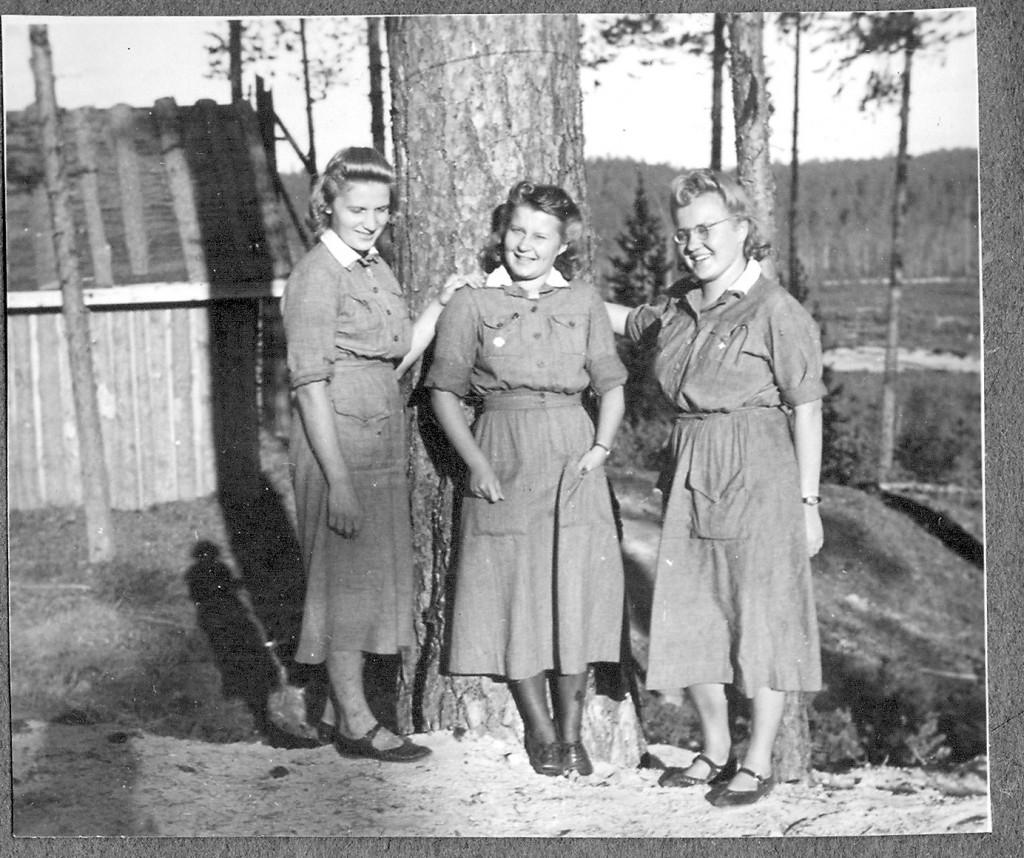 Kesä 1943 Tiiksjärvellä, Annikki Lehmus, Laila (os. Pulkkinen) Halme ja Eeva-Liisa (os. Sarvela) Kumpulainen.