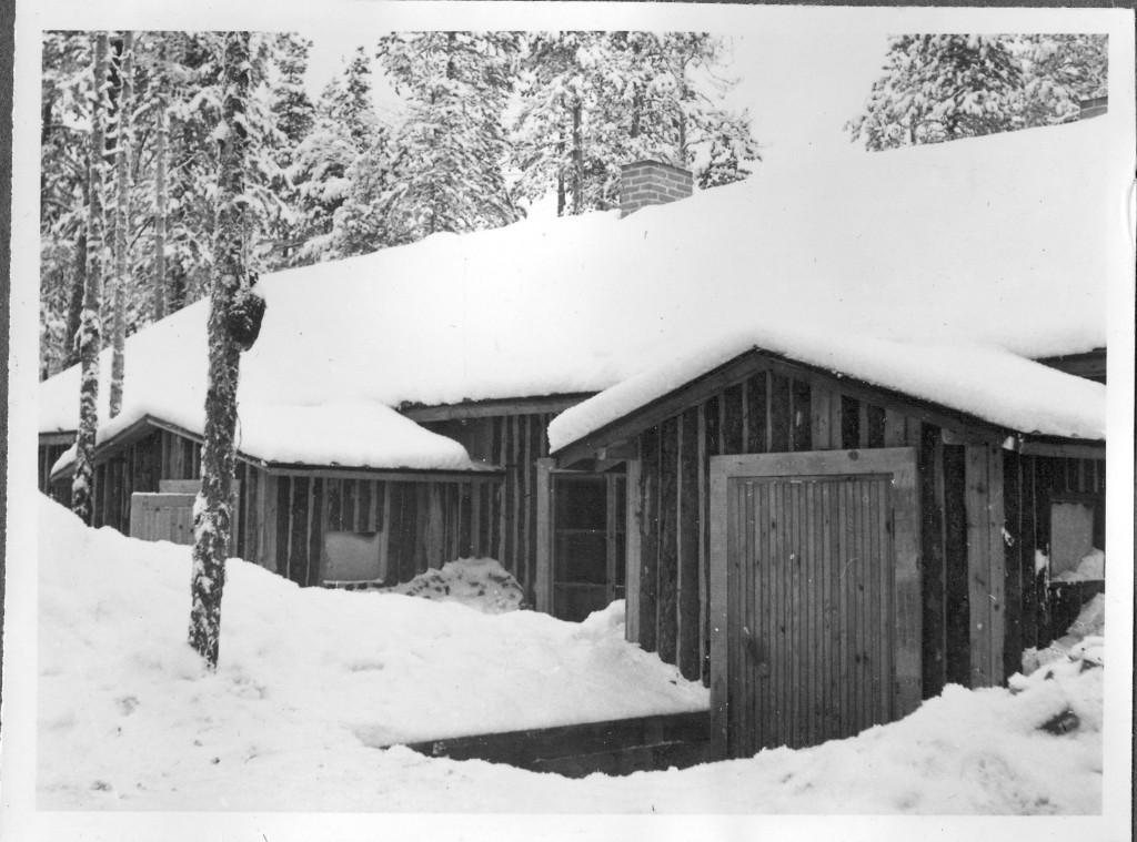 """Rukajärven ilmavalvontalottien hirsinen asunto, jonka peitenimi oli """"Moottori"""". Alkuajat lotat joutuivat asumaan pahviparakissa, jossa peittokin jäätyi seinään kiinni."""