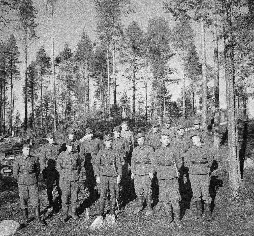 Kenttävartiosotilaita, jotka osallistuivat viimeaikoina käytyihin taisteluihin eräästä kenttävartiostamme. Joen miehistöstä (28:sta) jäljellejääneet. Tsirkka-Kemijoki 1943.10.10. SA-kuva.