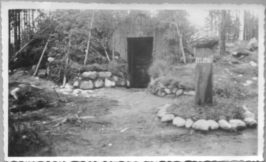 Erkki Matilaisen 20.8.1943 tulipalossa tuhoutunut komentokorsu.