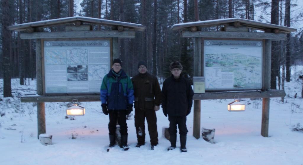 Kynttilät syttyivät Jukolan motissa. Vasemaalta, Lauri Kähkönen, Reijo Kortelainen ja Osmo Kukkonen. Kuva Jouko Martiskainen