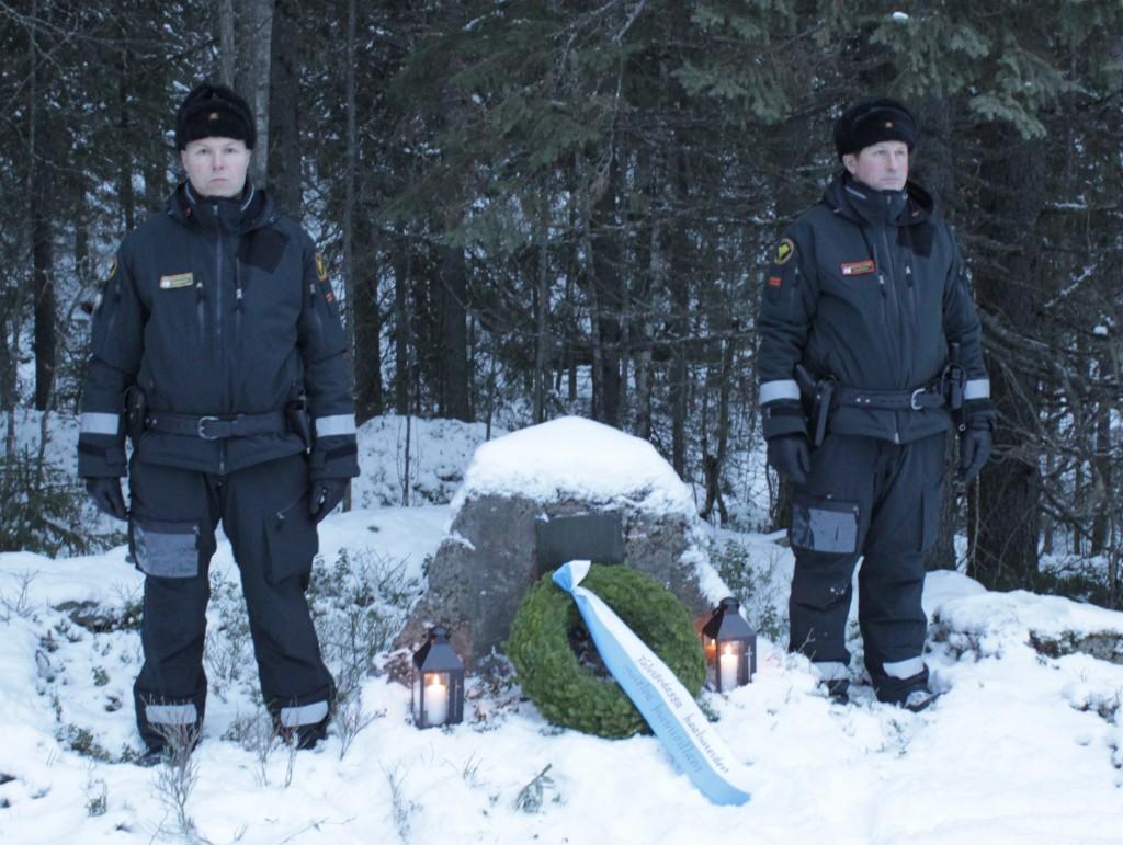 Kunniavartiossa Kunniavartio Kivivaaran Louhikkomäessä. Rajavartijat Tolvanen ja Kaukola. Kuva Jouko Martiskainen.
