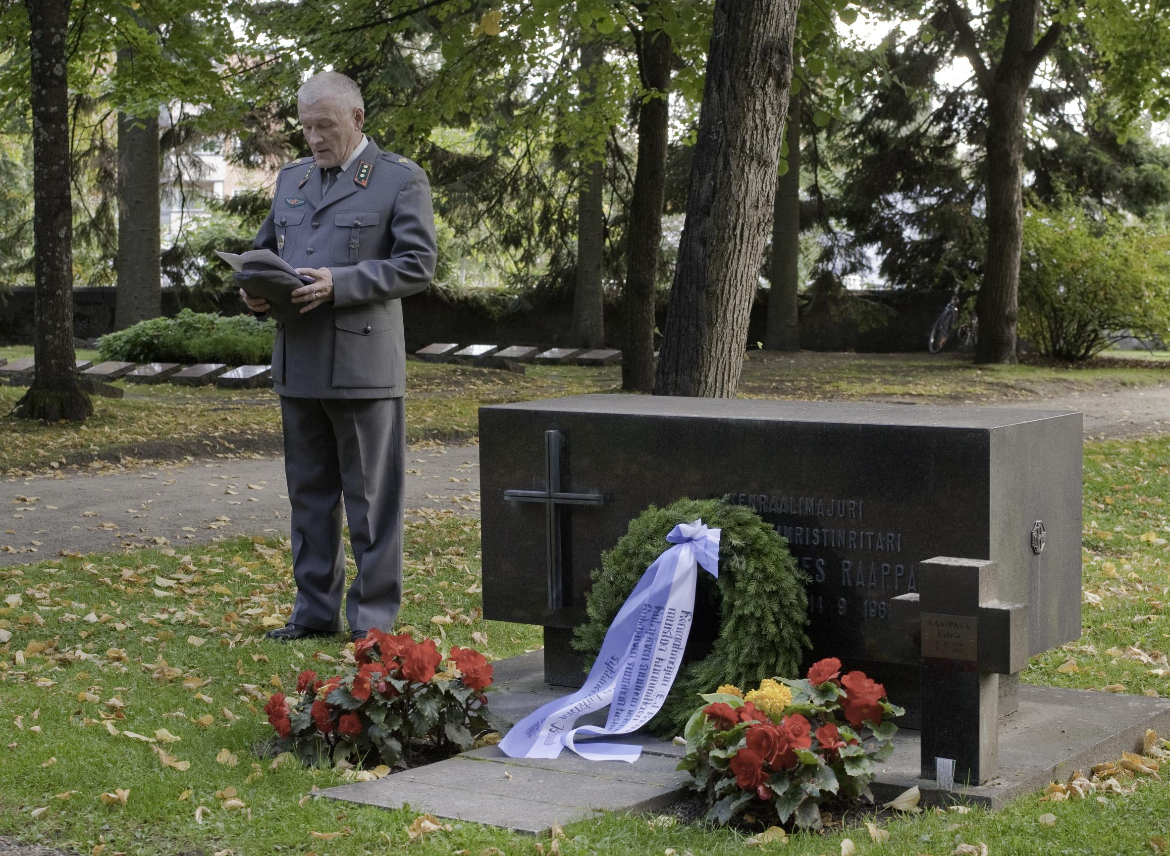 Sotahistorioitsija, rajakapteeni Tauno Oksanen pitää puhetta kenraalimajuri E.J. Raappanan (2.6.1893-14.9.1962) haudalla yhdistyksemme järjestämässä muistotilaisuudessa 14.9.2012, jolloin tuli kuluneeksi 50 vuotta E.J. Raappanan kuolemasta.