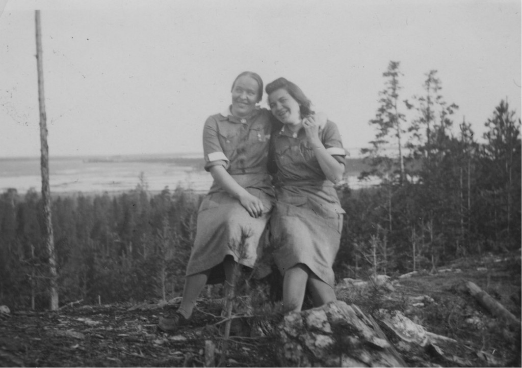 Lotat Elli ja Anni Ontajärven harjulla, jossa maisemassa Anni Tekkala joutui vangiksi 1943 jouluna.