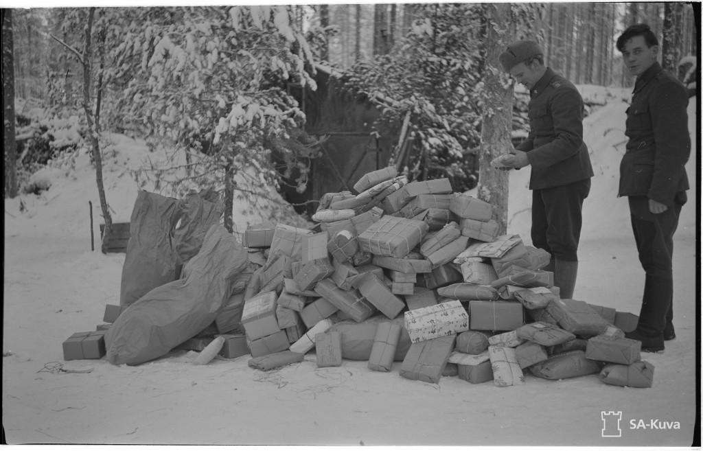 """""""""""Tuntemattoman sotilaan"""""""" joulupaketteja pataljoonan huoltokorsun pihalla jouluaattoaamuna matkalla etulinjaan.(I/JR31) Rukajärvi, Tunkuan tien suunta 1941.12.24. SA-kuva."""