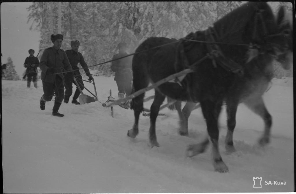Röhön tietä aurataan, ensin oikealla auralla kovempi hanki auki, muuten lumiaura ei pääsisi eteenpäin. Uhtuan suunta 1943.02.28. SA-Kuva.