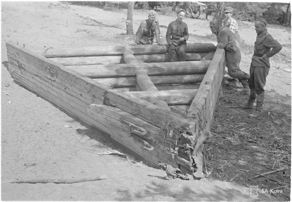 Ei mikään bunkkeri, vaan 7,5 tuuman tukeista tehty lumiaura. Rajakontu 1941.07.23. SA-Kuva.