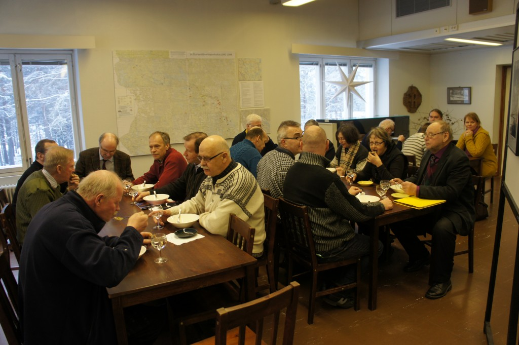Lieksassa ennen luentoja kurssilaiset pitkän matkan jälkeen pitivät ruokailutauon.
