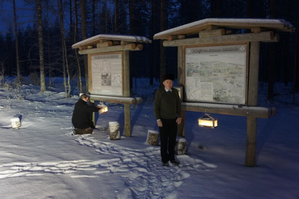 Paluumatkalla pysähdyttiin Jukolan motissa, jossa opasteella tehtiin merkintä vieraskirjaan ja sytytettiin kynttilät. Kuvassa Reijo Kortelainen ja kurssin johtaja Risto Pehkonen.