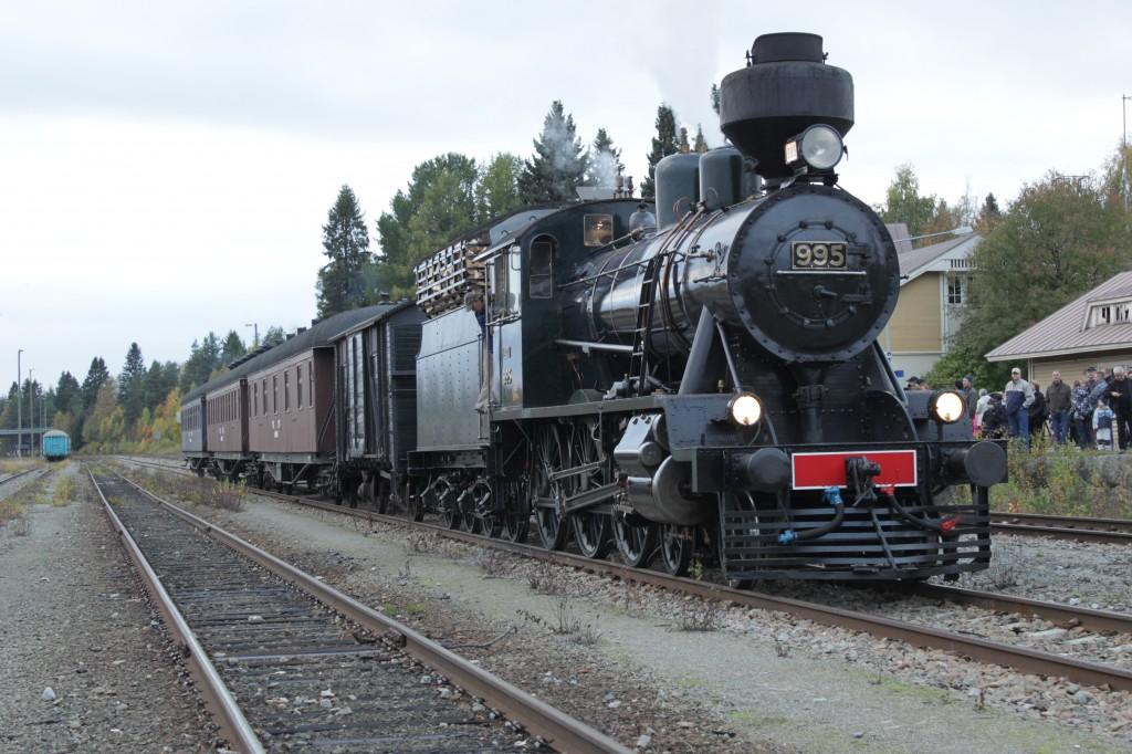 Juhlajuna 995 otettiin käyttöön 18.6.1941, juuri jatkosodan alla. Tällä höyryjunalla juhlayleisö saapuu Lieksaan 5.9.2014. Kuva v. 2013 Jouko Martiskainen.