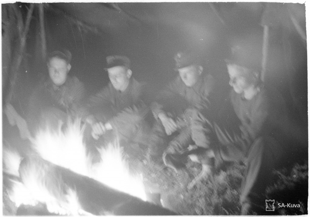 Tältä näytti, kun Kaukopartio oli rakovalkeilla yöllä 5.10.1942. Ryhmä tekee dokumenttikirjan palattuaan ja siitä voimme saada jonkinlaisen käsityksen matkasta.