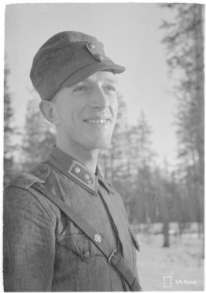 """Luutnantti Leo Rimpinen, Nuokkijärven rannalla sijaitsevan kenttävartio """"""""Arinan"""""""" päällikkö 20.1.1944. SA-kuva."""