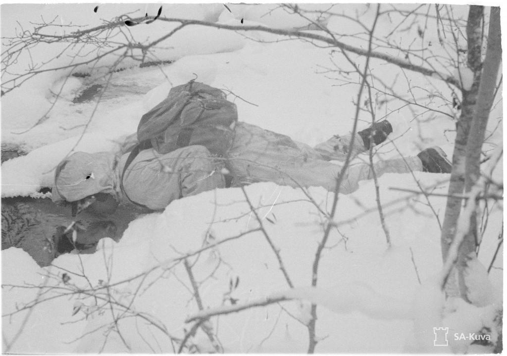 Polttava jano on vallannut partiomiehen ja matkan varressa on heittäydyttävä joen partaalle pitkäkseen ja hörpättävä pahimpaan janoon. 15.1.1944. Varmasti uuvuttava reissu pakottaa myös Ryhmä Pieningän jäseniä tankaamaan, mutta vettä siltä reissulta kyllä tällä retkellä löytyy.