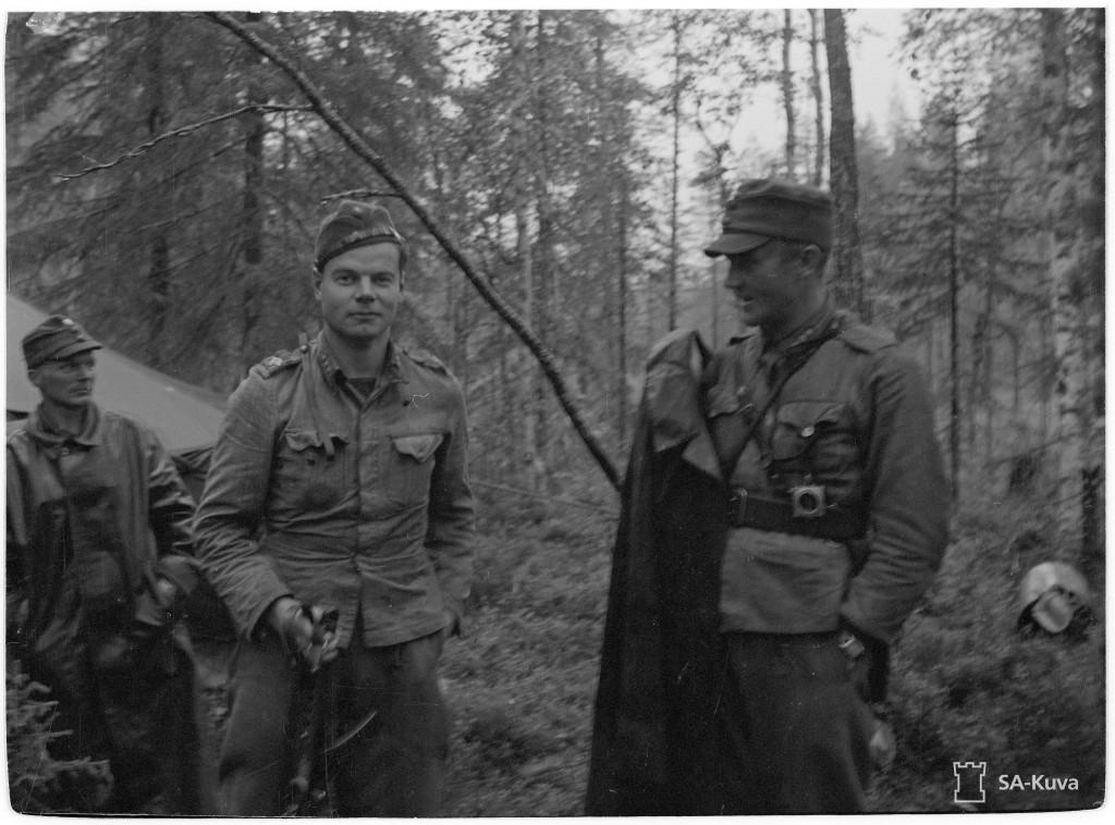 Huojentava hetki. Sota on juuri päättynyt, 2./Rj.P6:n ja 3./Rj.P6:n päälliköt kapteeni Tuominen (oikealla) ja kapteeni Perttuli tulevat komentoteltasta aselevon solmimisen jälkeen 4.9.1944. Rukajärven suunta 1944.09.04