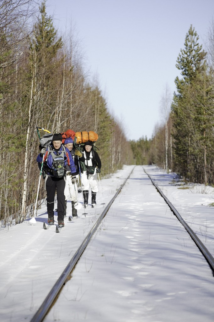Jyskyjärven rantamaisemissa kohti etelää. Onneksi saattoi vähänmatkaa hiihdellä radanvartta.