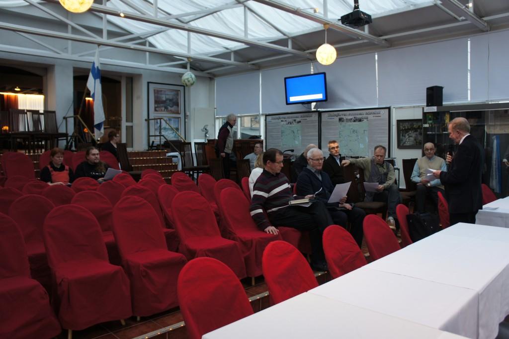 Oppaat kuulivat viimeiset tiedot avattavasta näyttelystä ja jakoivat samalla viikonvaihteen opastusvuorot Risto Pehkosen johdolla.