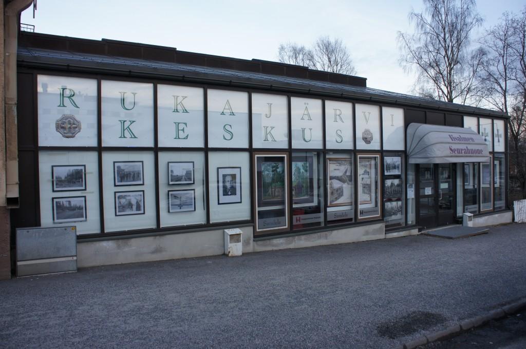 Juuti avatun Iisalmen Rukajärvikeskuksen kadunpuoleinen julkisivu.