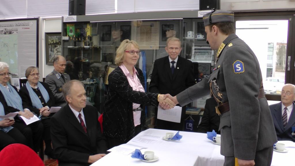 Marsalkka Mannerheim onnitteli yrittäjäperheen jäseniä, hallituksen puheenjohtaja Reijo Lappalaista ja toimitusjohtaja Riikka-Leena Lappalaista.